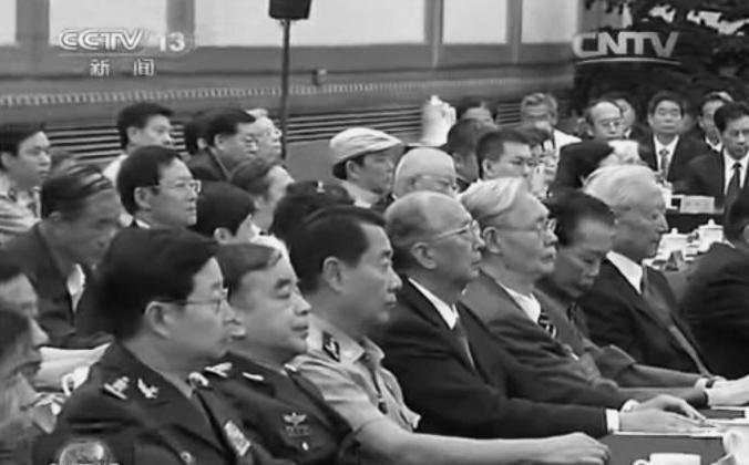 Сыновья и дочери чиновников предыдущего поколения, в том числе Лю Юань с короткими рукавами, присутствовали на партийном собрании, посвященном 110-летию со дня рождения партийного патриарха Дэн Сяопина 20 августа. Но отставные чиновники, в том числе Ху Цзиньтао и Цзян Цзэминь, были нигде не найти. (Скриншот с камеры видеонаблюдения) | Epoch Times Россия