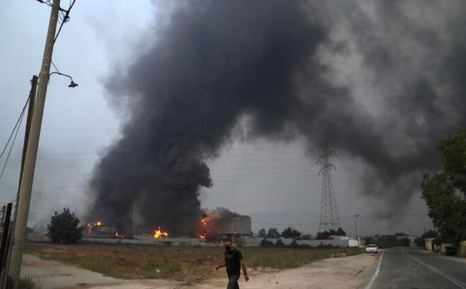 Завод по переработке автомобилей горит во время лесного пожара в деревне Афиднес, примерно в 31 км к северу от Афин, Греция, 6 августа 2021 г. Фото: Thanassis Stavrakis / AP Photo   Epoch Times Россия