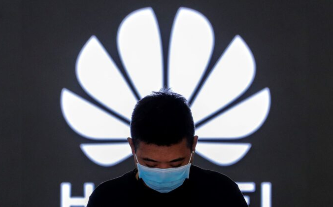 Сотрудник флагманского магазина Huawei в Пекине, 12 апреля 2021 г. (Энди Вонг / AP Photo) | Epoch Times Россия