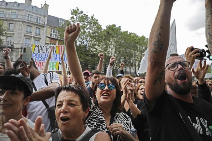 ВЕвропе вспыхивают протесты из-за пропусков COVID-19: «Наша свобода в опасности»