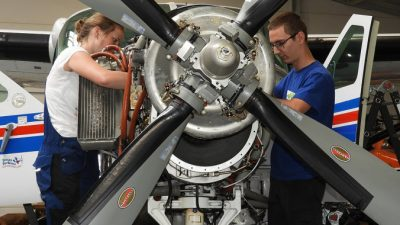 Минтруд разрешил женщинам заниматься техобслуживанием самолётов ивертолётов