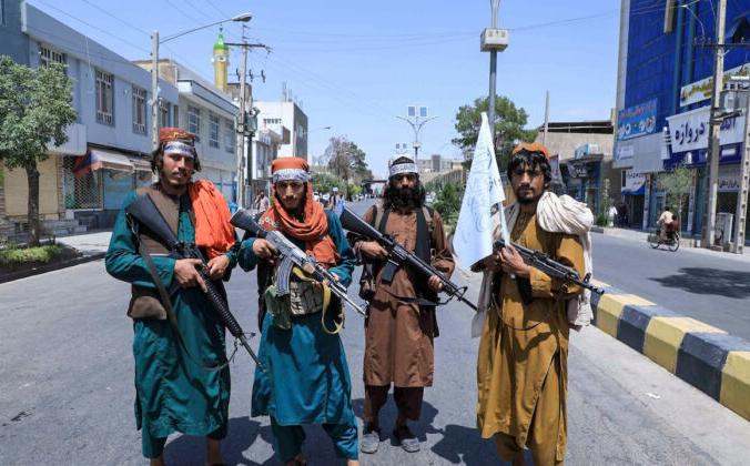Бойцы Талибана охраняют дорогу во время процессии Ашура на дороге в Герате 19 августа 2021 года. ((Aref Karimi/AFP via Getty Images).   Epoch Times Россия