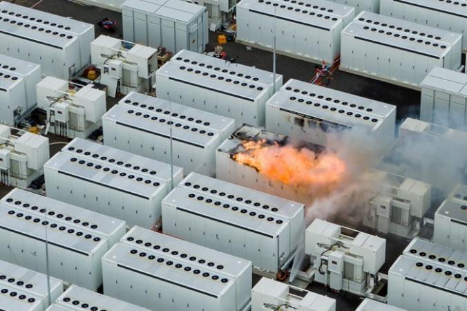 Пожар на большой батарее «Виктория» в Мурабуле недалеко от Мельбурна, штат Виктория, Австралия, 30 июля 2021 года. (Fire Rescue Victoria)   Epoch Times Россия