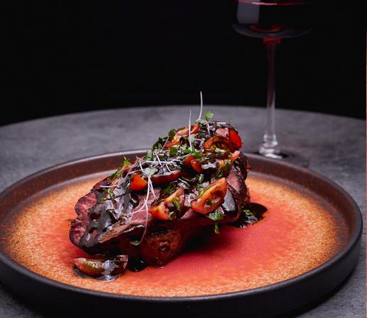 Брускетта с пастрами из мраморной говядины и томатами черри от ресторана Nebar. (предоставлено рестораном Nebar) | Epoch Times Россия