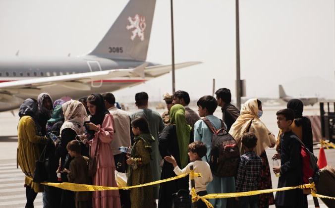 Граждане готовятся к посадке в самолёт во время эвакуации в международном аэропорту Хамида Карзая в Кабуле, Афганистан, 18 августа 2021 г. Staff Sgt. Victor Mancilla/U.S. Marine Corps via AP | Epoch Times Россия