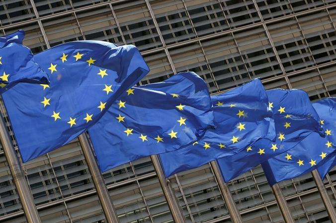 Флаги Европейского Союза развеваются у штаб-квартиры Комиссии ЕС в Брюсселе 5 мая 2021 г. (Yves Herman / Reuters) | Epoch Times Россия