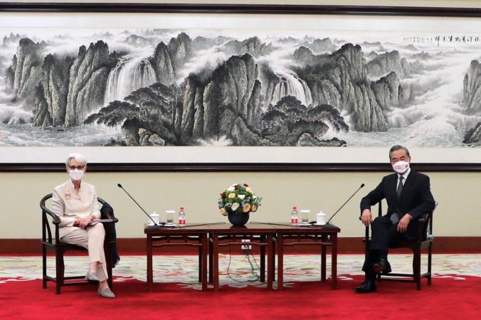 Заместитель государственного секретаря США Уэнди Шерман встречается с государственным советником и министром иностранных дел Китая Ван И в Тяньцзине, Китай, 26 июля 2021 года. (Государственный департамент США/Handout via Reuters) | Epoch Times Россия