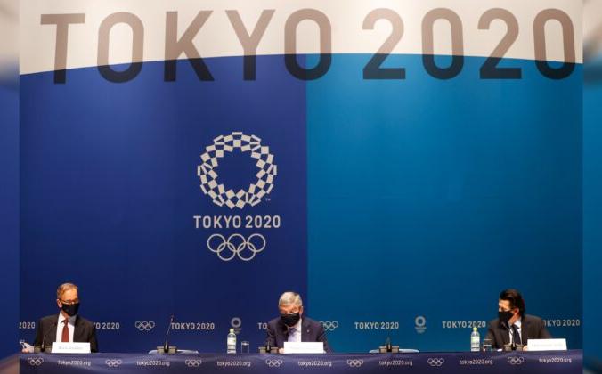 Президент Международного олимпийского комитета (МОК) Томас Бах с директором по коммуникациям Марком Адамсом и исполнительным директором Олимпийских игр Кристофом Дуби во время пресс-конференции в Токио, Япония, 17 июля 2021 г. (Phil Noble / Reuters)   Epoch Times Россия