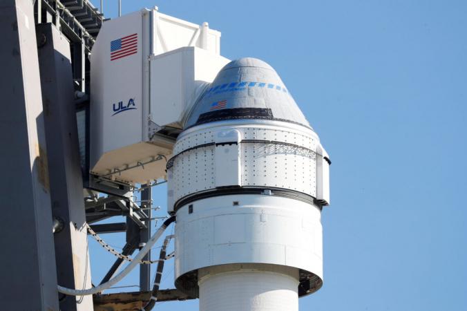 Ракета Atlas V с капсулой Boeing CST-100 Starliner видна после того, как запуск на Международную космическую станцию был отложен на мысе Канаверал, штат Флорида, 30 июля 2021 года. (Joe Skipper / Reuters)   Epoch Times Россия