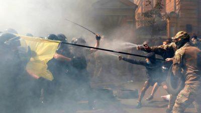 В стычке полиции смитингующими возле офиса президента Украины пострадали 8 полицейских