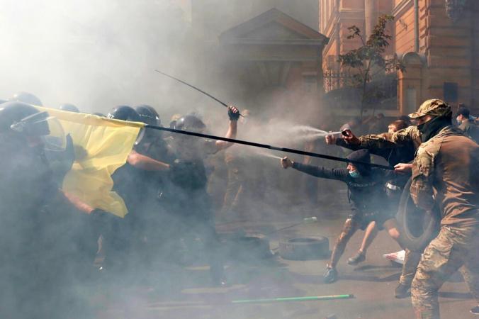Столкновения демонстрантов с полицейскими во время акции протеста активистов политической партии «Национальный корпус» перед зданием президента в Киеве, Украина, 14 августа 2021 г. (Serhii Nuzhnenko/Reuters) | Epoch Times Россия