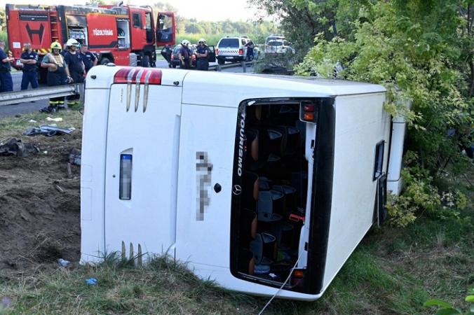 Автобус, который перевернулся на автомагистрали M7, в результате чего погибли по меньшей мере восемь человек, рано утром в воскресенье недалеко от Сабадбаттяна, Венгрия, 15 августа 2021 г. (Zoltan Mihadak/Pool via Reuters) | Epoch Times Россия