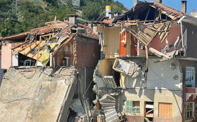 Турецкий город Илис, в провинции Кастамону, после наводнения, 15 августа 2021 года. (Mehmet Emin Caliskan/Reuters)   Epoch Times Россия