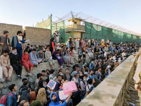 Толпы людей ждут возле аэропорта в Кабуле, Афганистан, 25 августа 2021 г. David_Martinon/Twitter via Reuters