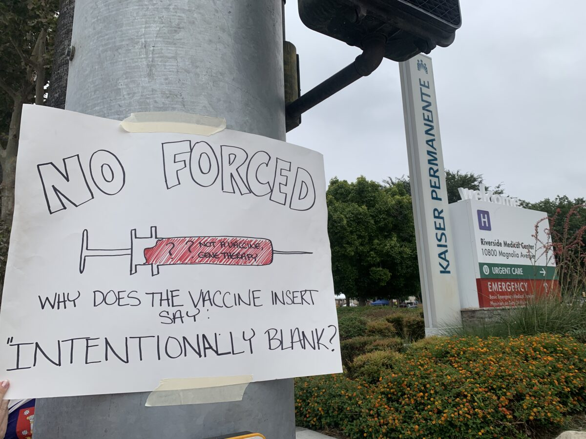 Ведущие медицинские работники Калифорнии проводят одновременные акции протеста против постановления правительства об обязательной вакцинации в Медицинском центре Kaiser Permanente-Riverside в Риверсайде, штат Калифорния, 21 августа 2021 г. (Линда Цзян / Великая Эпоха)