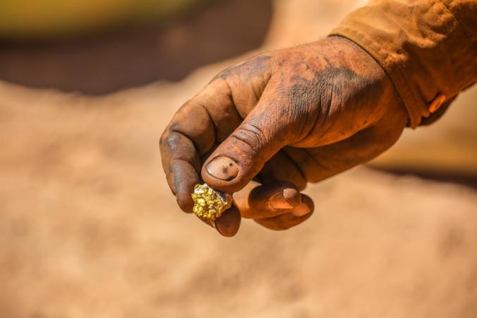 Кусок золота в руке золотодобытчика. (Emmerson Resources) | Epoch Times Россия