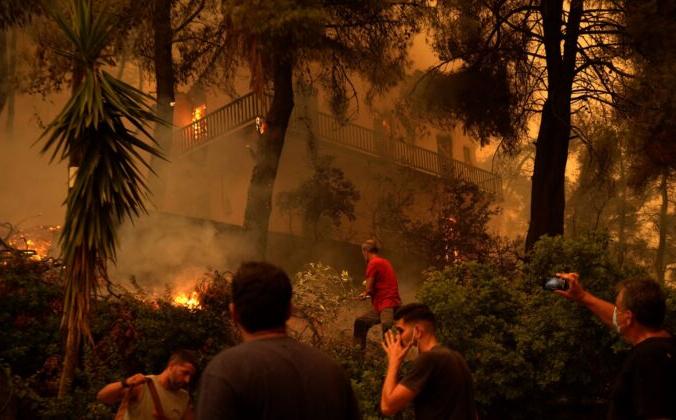 Дом охвачен пламенем в деревне Пефки на острове Эвия, примерно в 190 км к северу от Афин, Греция, 8 августа 2021 г. Petros Karadjias/AP Photo   Epoch Times Россия
