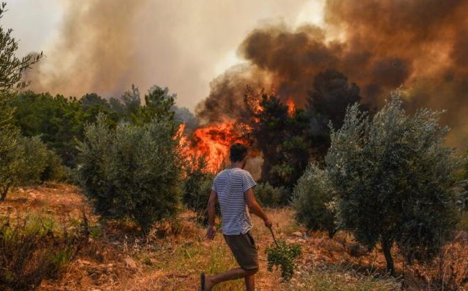 Лесной пожар в деревне Качарлар недалеко от средиземноморского прибрежного города Манавгат, Анталия, Турция, 31 июля 2021 года. AP Photo | Epoch Times Россия