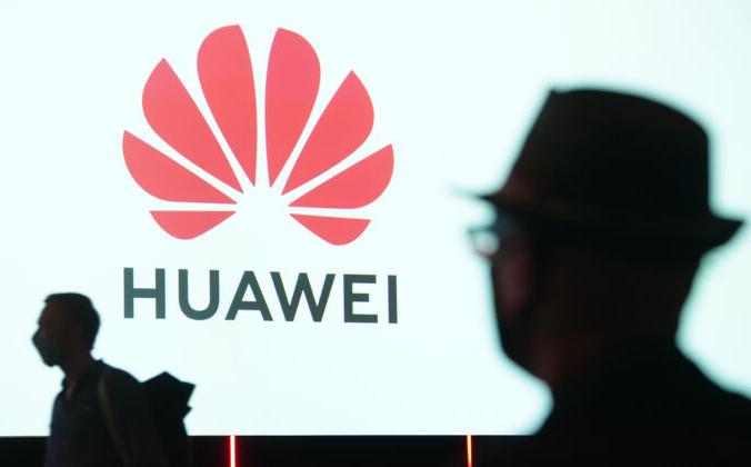 Люди направляются к платформе Huawei на выставке в Берлине, Германия, 3 сентября 2020 г. Sean Gallup/Getty Images   Epoch Times Россия