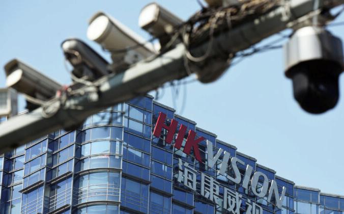 Камеры видеонаблюдения возле штаб-квартиры китайской компании видеонаблюдения Hikvision в Ханчжоу, провинция Чжэцзян, Китай, 22 мая 2019 г. Reuters | Epoch Times Россия