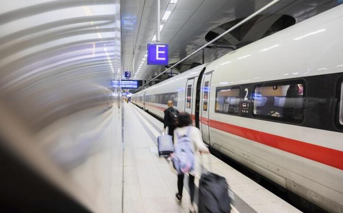 Пассажиры идут вдоль поезда ICE на Центральном вокзале Берлина в Берлине, Германия, 20 августа 2021 г. Christoph Soeder / dpa via AP | Epoch Times Россия