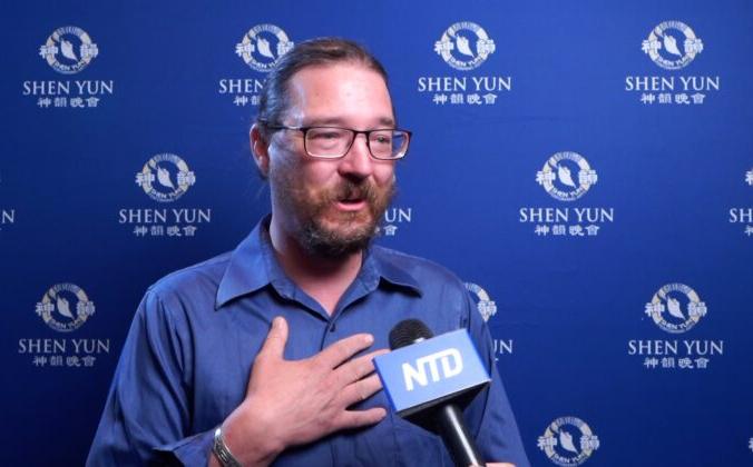 Дуглас Бичвуд посетил представление Shen Yun Performing Arts в Центре исполнительских искусств Пайкс-Пик в Колорадо-Спрингс 29 июля 2021 года (NTD Television).   Epoch Times Россия