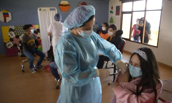 Подросток получает дозу вакцины Pfizer-BioNTech от COVID-19 в Фонде Сесилии Риваденейра в Кито 21 июля 2021 г. RODRIGO BUENDIA / AFP via Getty Images   Epoch Times Россия