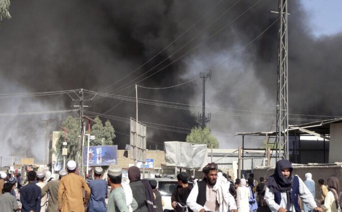 Дым поднимается после боёв между талибами и афганскими спецслужбами в городе провинции Кандагар к югу от Кабула, Афганистан, 12 августа 2021 г. Sidiqullah Khan/AP Photo   Epoch Times Россия