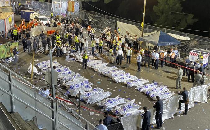 Сотрудники службы безопасности и спасатели Израиля стоят вокруг тел жертв, погибших во время празднования Лаг Баомер на горе Мерон на севере Израиля 30 апреля 2021 года. Ishay Jerusalemite / Behadrei Haredim via AP   Epoch Times Россия