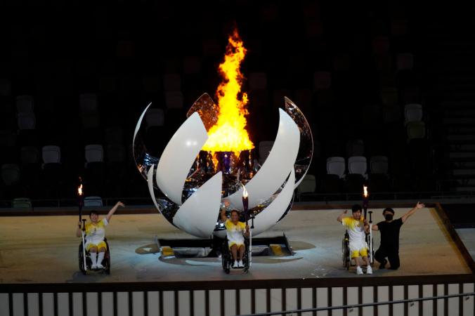 Юи Камидзи (с), Сюнсуке Учида (справа), Карин Морисаки (слева) зажигают Паралимпийский огонь во время церемонии открытия Паралимпийских игр Токио-2020 на Олимпийском стадионе 24 августа 2021 года в Токио, Япония. (Фото Кристофера Джу / Getty Images для Международного паралимпийского комитета) | Epoch Times Россия