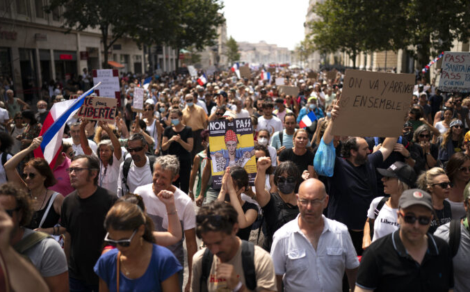 Протестующий держит табличку с надписью «Нет паспорту здоровья» во время демонстрации в Марселе, на юге Франции, 7 августа 2021 г. Daniel Cole / AP Photo   Epoch Times Россия