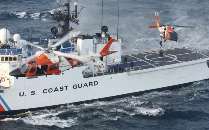 Катер береговой охраны морских сил безопасности США в 13 км к югу от Рокавей, штат Нью-Йорк, 28 августа 2004 г. Mike Hvozda/U.S. Coast Guard via Getty Images | Epoch Times Россия