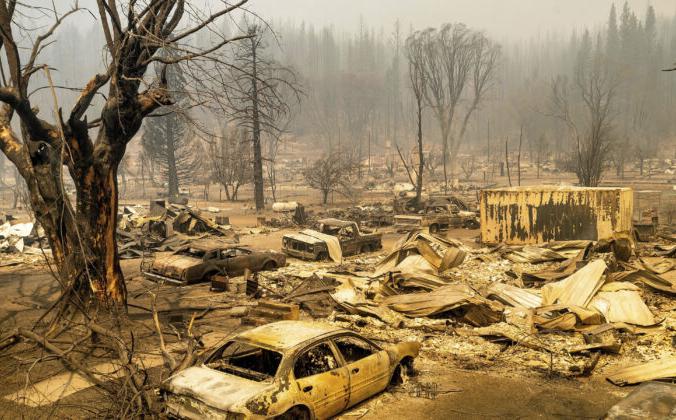 Автомобили и дома, разрушенные пожаром «Дикси» в округе Плумас, Калифорния, 5 августа 2021 г. Фото: Noah Berger/AP Photo   Epoch Times Россия