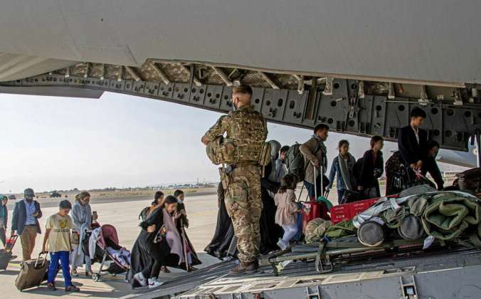 Британские граждане и лица с двойным гражданством, проживающие в Афганистане, садятся в военный самолёт для эвакуации из аэропорта Кабула, Афганистан, 16 августа 2021 г. LPhot Ben Shread / UK MOD Crown copyright 2021 / Handout via Reuters | Epoch Times Россия