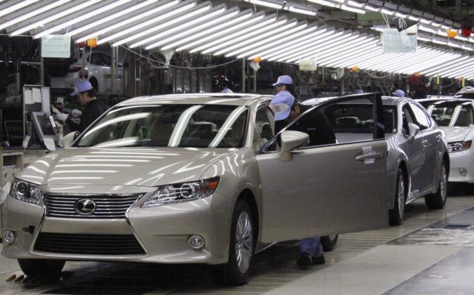 Рабочие Toyota осматривают новые автомобили Lexus ES на заводе Toyota в Мияваке, Япония, 6 июля 2012 г. Yoko Kubota/Japan--Tags: Transport Business/File Photo/Reuters | Epoch Times Россия