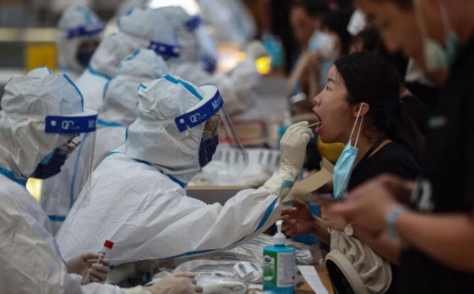 Житель проходит тест на  COVID-19 в Нанкине, восточная провинция Цзянсу, 21 июля 2021 г. STR/AFP via Getty Images | Epoch Times Россия
