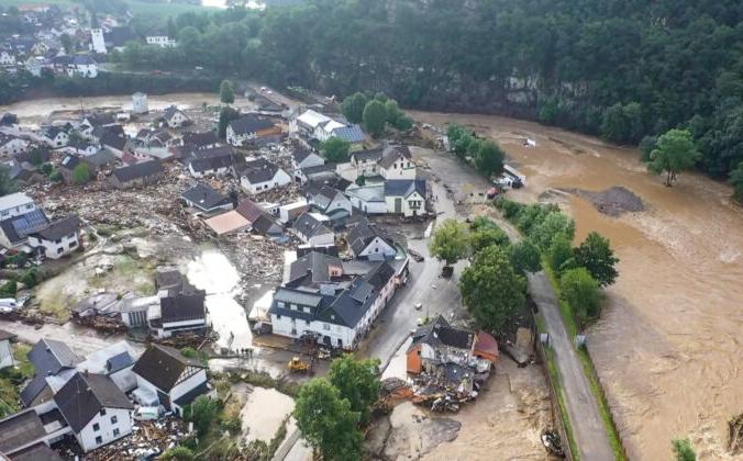 Фотография, сделанная с помощью дрона, показывает разрушения, вызванные наводнением в деревне Эйфель в Шульде, западная Германия, 15 июля 2021 года. Christoph Reichwein / dpa via AP | Epoch Times Россия