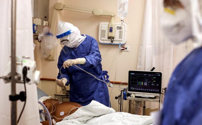 Медицинский персонал посещает пациента, страдающего COVID-19, в палате больницы Бейлинсон в Петах-Тикве, Израиль, 18 августа 2021 г. Ammar Awad/File Photo via Reuters | Epoch Times Россия