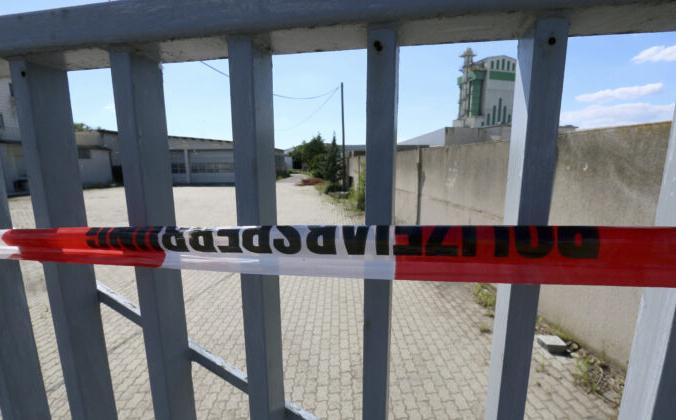 Место убийства чеченца в городе Герасдорфе, опечатанное полицейской лентой, Австрия, 5 июля 2020 г. Фото:Ronald Zak / AP Photo | Epoch Times Россия