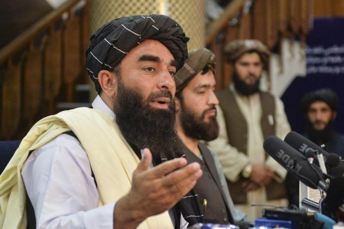 Представитель «Талибана» Забихулла Муджахид (слева) выступает на первой пресс-конференции в Кабуле 17 августа 2021 года после захвата Афганистана талибами. (Hoshang Hashimi /AFP via Getty Images) | Epoch Times Россия