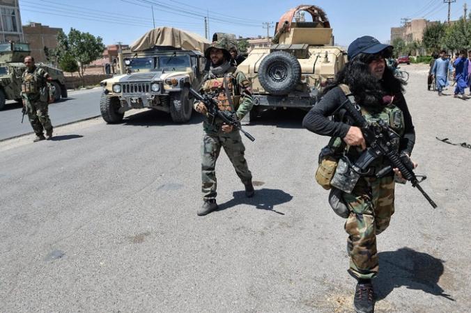 Солдаты Афганской национальной армии идут по дороге в районе Енджил провинции Герат, 1 августа 2021 г. (Hoshang Hashimi/AFP via Getty Images)   Epoch Times Россия