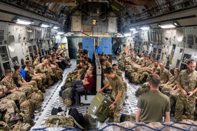 Члены штаба объединённых сил отправляются в Афганистан для оказания помощи в выводе войск из этого района 13 августа 2021 г. (LPhot Ben Shread/Ministry of Defence/Crown Copyright via PA) | Epoch Times Россия