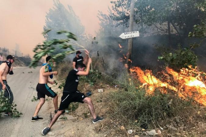 Люди пытаются потушить пожар в горной провинции Тизи-Узу, к востоку от Алжира, Алжир, 10 августа 2021 г. (Abdelaziz Boumzar/Reuters)   Epoch Times Россия