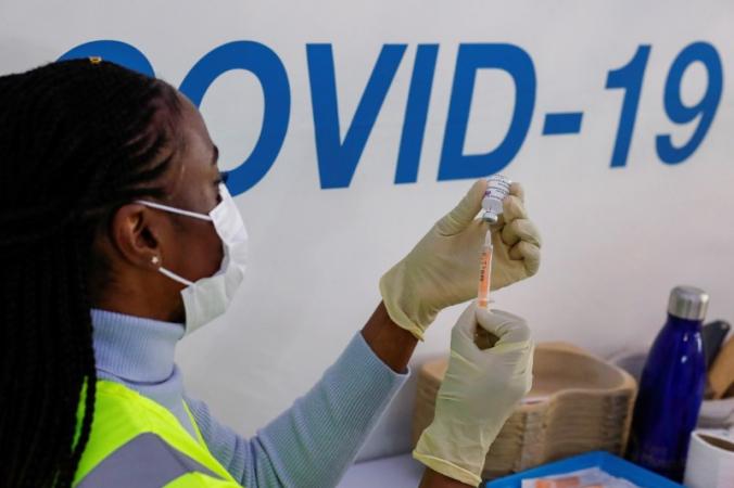 Доза вакцины AstraZeneca готовится в центре вакцинации против COVID-19 в кинотеатре Odeon Luxe в Мейдстоне, Великобритания, 10 февраля 2021 г. (Andrew Couldridge / Reuters) | Epoch Times Россия