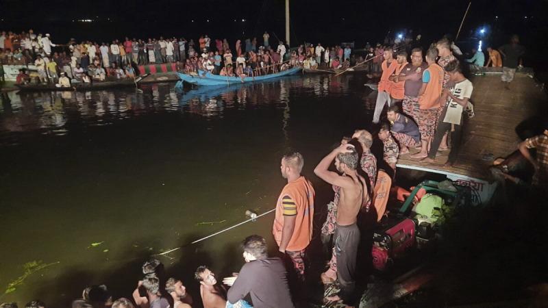 Люди наблюдают за спасательными работами после того, как пассажирское судно, на борту которого находилось более 100 человек, затонуло после столкновения в большом пруду в районе Брахманбариа, Бангладеш, 27 августа 2021 г. (AP Photo)    Epoch Times Россия