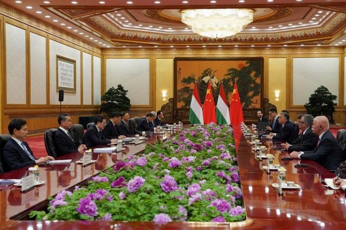 Китайский лидер Си Цзиньпин встречается с премьер-министром Венгрии Виктором Орбаном во время Второго форума «Один пояс, один путь» в Большом зале народных собраний в Пекине, Китай, 25 апреля 2019 года. (Andrea Verdelli/Pool/Getty Images) | Epoch Times Россия