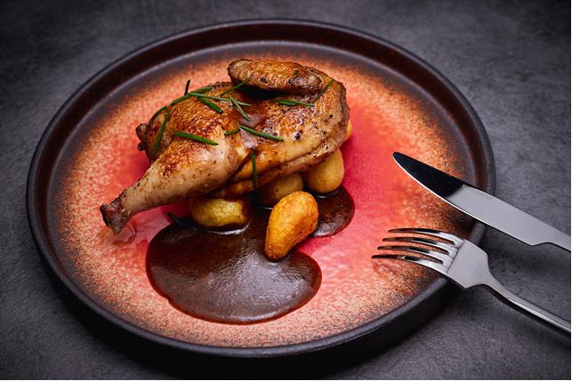 Фермерский цыпленок на подушке из мускусной дыни (предоставлено рестораном Nebar) | Epoch Times Россия