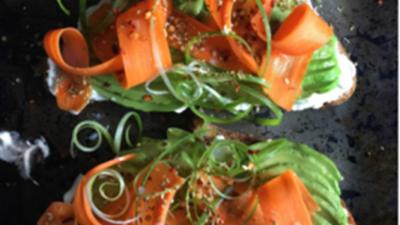 Тост с авокадо и английской маринованной морковкой на чесночном крем-сыре