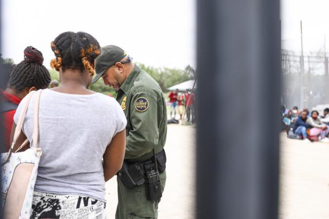 Сотрудник пограничного патруля начинает организовывать группу из 350 нелегальных иммигрантов после того, как они пересекли Рио-Гранде из Мексики в Дель-Рио, штат Техас, 25 июля 2021 г. (Charlotte Cuthbertson/The Epoch Times)   Epoch Times Россия