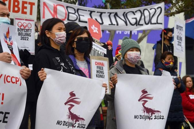 Активисты, в том числе члены местных гонконгских, тибетских и уйгурских общин, держат транспаранты и плакаты в Мельбурне 23 июня 2021 года, призывая правительство Австралии бойкотировать зимние Олимпийские игры 2022 года в Пекине из-за нарушений прав человека в Китае. (Photo by William WEST / AFP) (Photo by WILLIAM WEST/AFP via Getty Images) | Epoch Times Россия